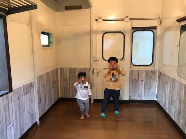 電車バンガロー内部