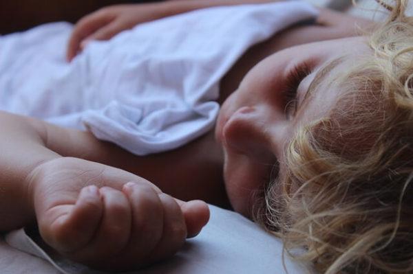 子供が一人で寝ている